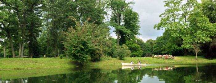 Photo of a family rowing along the Lac Inférieur in Bois de Boulogne
